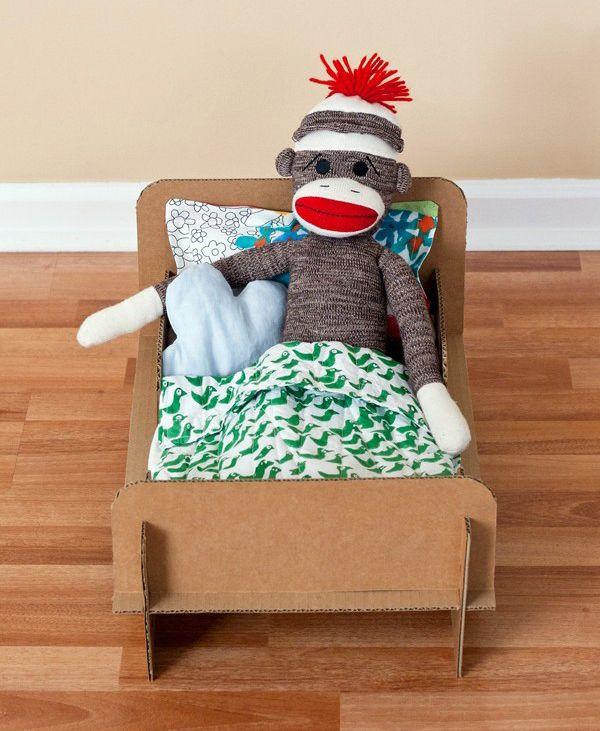 Una cama de cartón para muñecas. Vamos a construir una cama de cartón para muñecas totalmente desmontable con este simpático DIY. Esta es una súper idea de Ambrosia Creative - Jennifer Kirk a la que estamos muy agradecidos. ¡A disfrutar! #MWMaterialsWorld #ManualidadesNiños #ManualidadesCartón