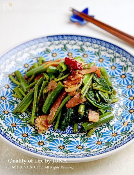 夏が旬の「空芯菜」を使った一品です。空芯菜は茎が空洞になっているのが特徴!歯ごたえがとてもよく、油との相性がいいので、炒め物にするとおいしいですよ~♪  今回は、にんにくや唐辛子、オリーブオイルを使ってペペロンチーノ風に仕上げました。おつまみにも、ごはんのおかずにも。