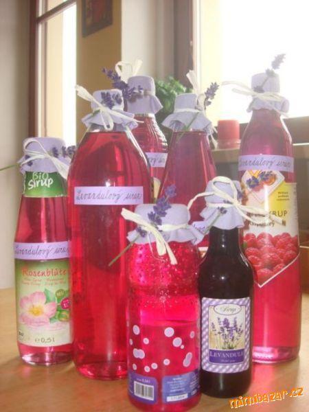 Natrháme levandulové květy i se stopečkou, volně nasypeme do  4 litrové sklenice nebo do plastové /s...