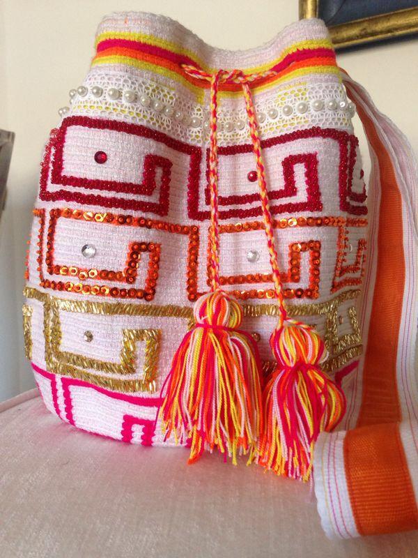 Mochila Wayuu original intervenida con lentejuelas, mostacillas, canutillos y cristales de swarovski disponible +