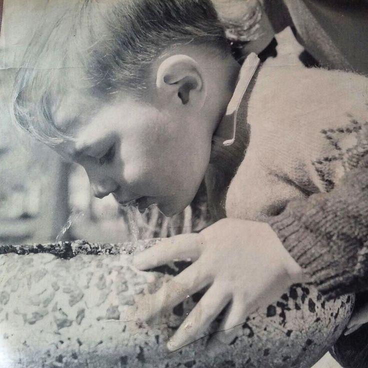 """Foto mía encontrada de cuando peque.  Frase de mi sobrina al descubrirla asombrada por el tipo de bebedero """"Que hace el tío tomando agua de un huevo de dinosaurio roto????"""" #MueroDeAmor  (sí a veces cuelgo alguna foto personal: lo permite mi protocolo de estilo ) #igers #instagram #instagood #picoftheday"""