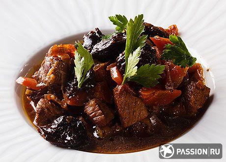 Мясо в горшочках с черносливом | passion.ru