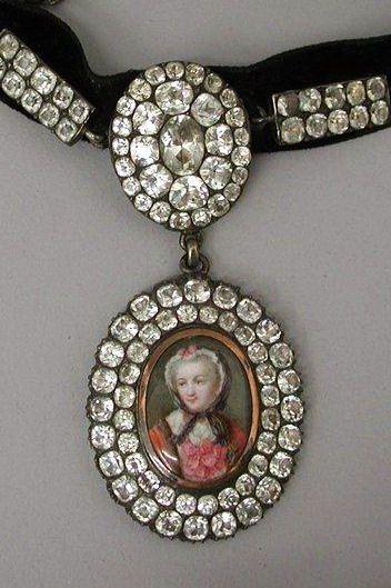 Choker necklace with portrait  Chrysolite , silver, velvet  18th century (end), France  (via Musee des Arts Decoratifs, Paris)