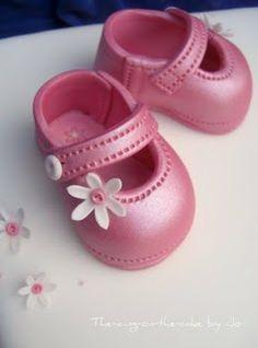 Edible baby shoe instructions.