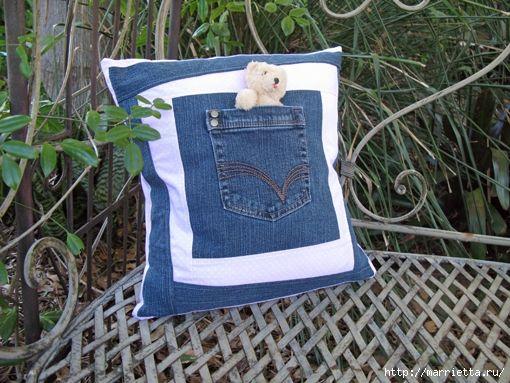 Подушечка в стиле крейзи из джинсов для садовой скамейки