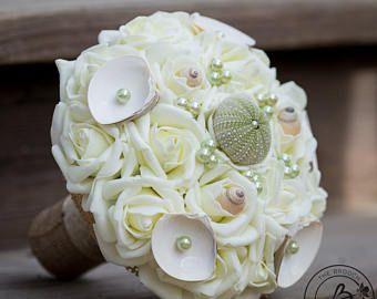 Ramo de Novia de playa, concha ramo con erizo de mar, bouquet rústico de arpillera verde ramo de novia con perlas y conchas, listo para enviar