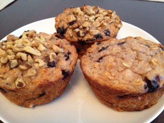 Przepis na podstawowe proteinowe muffinki (5 porcji po 175 kalorii, węglowodany 13,4 g, tłuszcz 6,2 g, białko 13 g)  Składniki:      ½ szklanki waniliowego proszku proteinowego Whey Protein     2 całe jajka     1 szklanka płatków owsianych     1 łyżeczka startej skórki z cytryny     2/8 szklanki mleka sojowego (ewentualnie krowiego)     ¼ szklanki mąki kokosowej (ewentualnie owsianej, gryczanej lub z cieciorki)     ½ szklanki sera białego lub serka naturalnego (może być homogenizowany)…