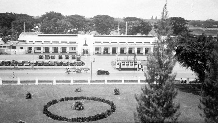 1939: Stasiun kereta api utama Gambir kota Batavia.