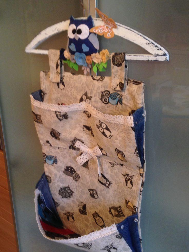 Cucito creativo porta oggetti da bagnoe non solo,materiale usato ,stoffa con gufetti,jeans per i soffietti appendi abiti dipinto stile shabby gufetto in pannolenci.