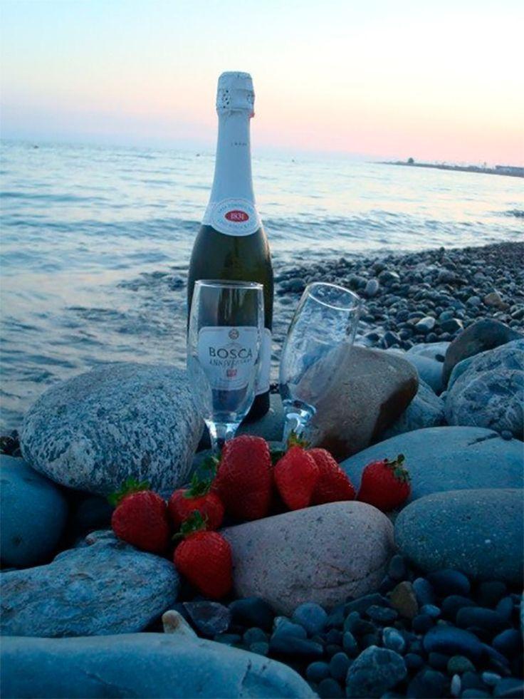 Время, открытка море и шампанское