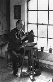 Åke Holm föddes i Höganäs år 1900. Fadern arbetade vid Höganäsbolaget liksom de flesta i släkten. Åke Holms far var musiker och Åke skulle själv börja med musik. Han spelade dansmusik som batterist och blåsare. Saxofon spelade han långt in på 70-talet. Redan som 14-åring arbetade Åke Holm hos Andersson & Johansson, men började sedan på Höganäsbolaget. Där skötte han sättningen av ugnarna och glasering. Han hjälpte även formgivaren Edgar Böckman.