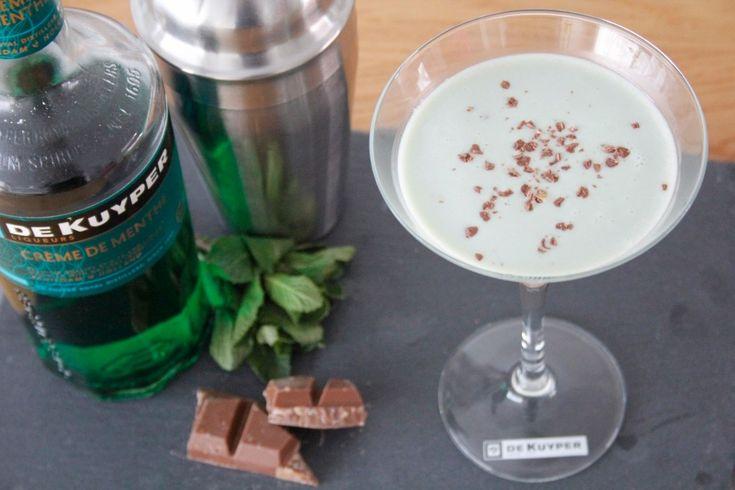 Als je van After Eight houdt, dan is deze groene Grasshopper cocktail met creme de menthe likeur en witte chocolade likeur echt iets voor jou!