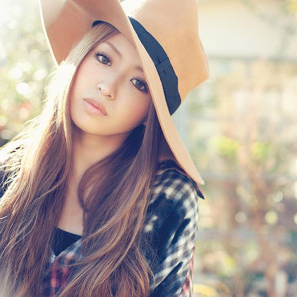 Ideas for senior pictures with hats. Hat senior picture ideas for girls. #seniorpictureideasforgirls #hatseniorpictureideas: