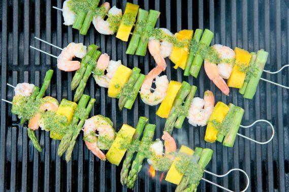 Vild med grill! Håber I nyder den fantastiske forsommer derude! Her har vi fået godt fut i grill-lækkerierne og alle de sprøde salater med friske grøntsager. Skaldyr hører til