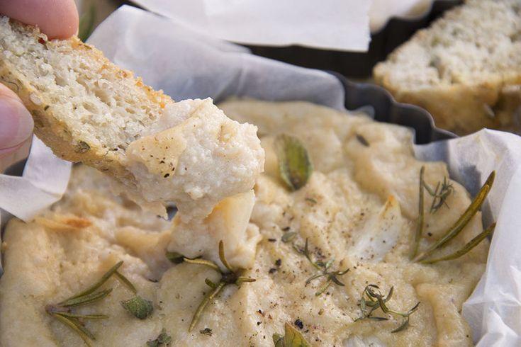 Veganer gebackener Camembert ♥  Vegan baked camembert <3  https://www.vivalasvegans.de/rezepte/alles-k%C3%A4se/gebackener-camembert/