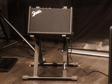 ギターの相棒に最適!? フェンダーの世界初Wi-Fiギターアンプ「MUSTANG GT」でプロが演奏 - AV Watch