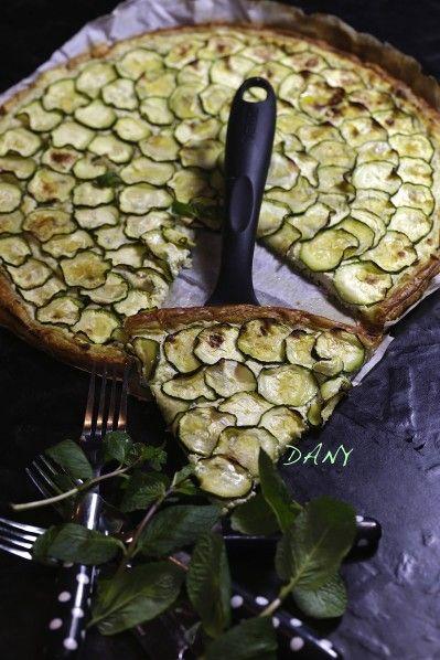 Préparation : 20 min Cuisson : 25 min Pour 6 personnes : -250 g de pâte feuilletée -2 courgettes -200 g de fromage blanc crémeux -100 g de parmesan -1 gousse d'ail -1 cuillère à soupe de menthe ciselée -2 cuillères à soupe d'huile d'olive fruitée. -Sel,...