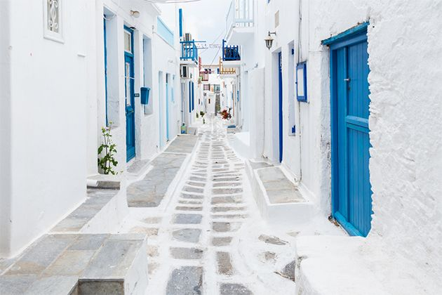 Street view of Mykonos (photo: Zoltan Gabor/Shutterstock)