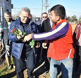 İzmir Büyükşehir Belediye Başkanı Aziz Kocaoğlu, Menderes ilçesinde yoğun kar yağışında meyve, sebze ve çiçek seraları çöken üreticinin yanında olacaklarını söyledi. İlçeye giderek bölgedeki durumu inceleyen Başkan Kocaoğlu, İl Tarım Müdürlüğü'nün hasar tespit çalışmalarının ardından gereken yardımı yapacaklarını açıkladı.  İzmir'de özellikle 10 Ocak günü etkili olan kar yağışı, Menderes ilçesindeki sera alanlarında büyük zarara neden oldu. Seraların, üzerlerinde biriken karın ağırl...