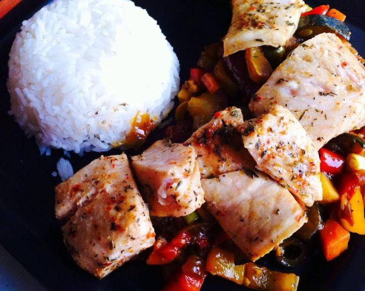 Gotowany okoń morski z warzywami i ryżem
