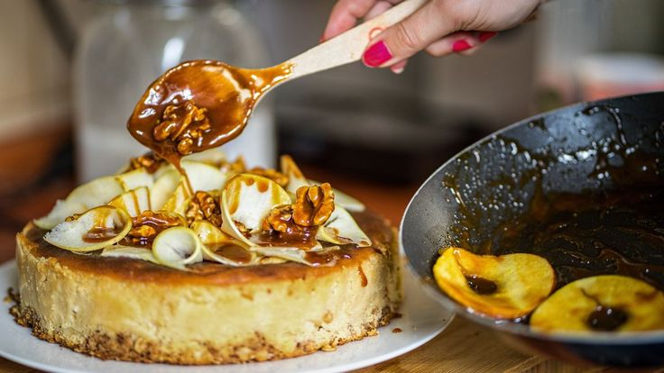 Cheesecake s jablky, karamelem a ořechy