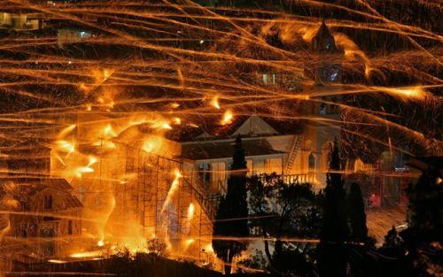 В Греции есть пожалуй самый необычный способ встретить Пасху  Греческий городокВронтадос знаменит не только легендой о том что неподалёку родился Гомер и не только тем что некоторые экскурсоводы приписывает ему рождение греческого огня. Нет. Каждый год в Пасхальную ночь жители этого города устраивают настоящую потешную ракетную войну и это происходит уже более 125 лет.  http://ift.tt/2ppO9NK  #Греция #Традиции