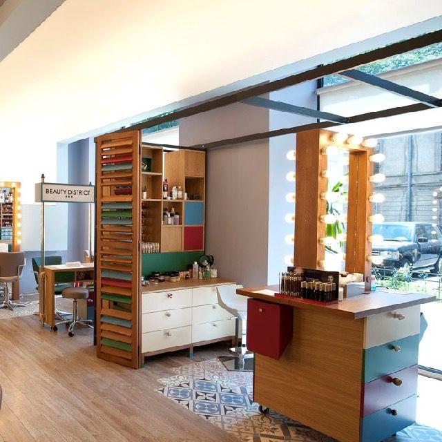O Twins Studio, escritório de arquitetura e interiores especializado em projetos comerciais, produziu esta unidade da Beauty District, em Bucareste, na Romênia. Confira!