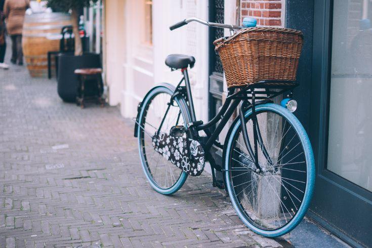 Ein typisches Bild für Amsterdam: die Fahrradstadt macht ihrem Namen alle Ehre. Eines der vielen bunten Fahrräder mieten und damit die Stadt erkunden ist Pflichtprogramm bei einer Städtereise nach Amsterdam! https://www.travelcircus.de/staedtereise-amsterdam #amsterdam #fahrrad #bicycle