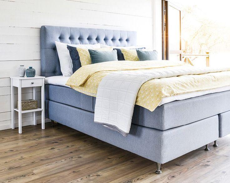 Säng inklusive bäddmadrass och gavel, ca 22 000 kr