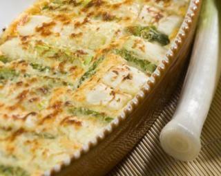 Gratin allégé aux poireaux et patates : http://www.fourchette-et-bikini.fr/recettes/recettes-minceur/gratin-allege-aux-poireaux-et-patates.html
