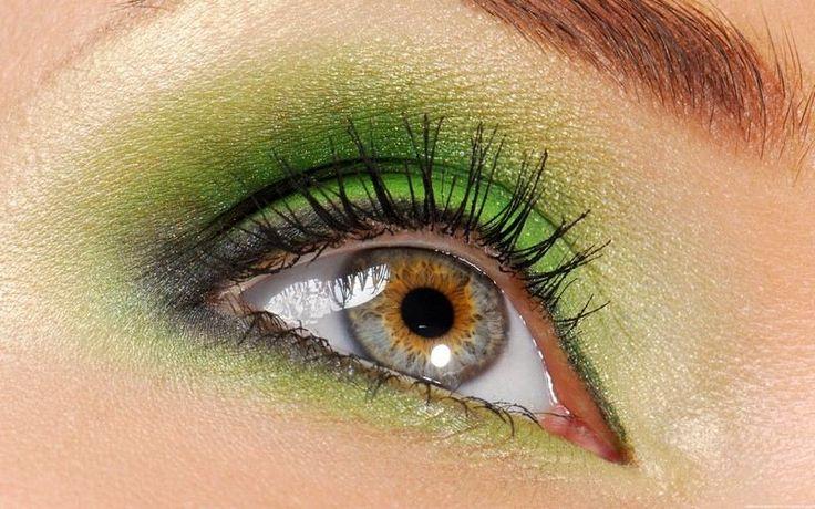 Grüne Lidschatten auf die Augen auftragen
