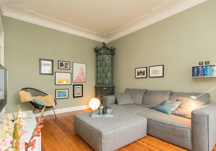 Moderne Wohnzimmereinrichtung mit mintgrüner Wand, grauer Couchlandschaft, Bildern und Bücherboard. 3-Zimmerwohnung in Hamburg Eimsbüttel. #apartment #Hamburg