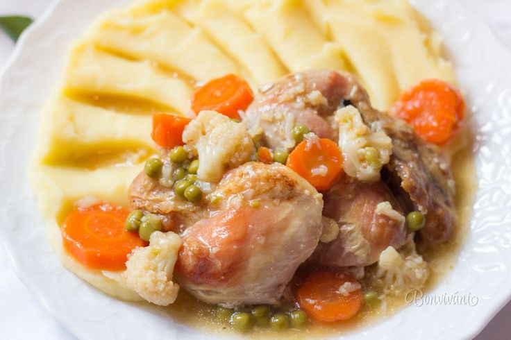 Lahodné a zdravé jedlo, vhodné hlavne pre detičky. V tomto recepte nepoužívame celé kura, ale len kuracie stehenné vykostené plátky bez kože, aby jedlo nebolo príliš tučné. Zeleninu ideálne čerstvú a ako prílohu vyšľaháme zemiakovú kašu.