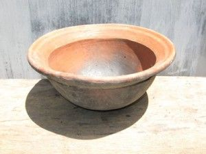 wAJAN CEKUNG Fungsi : Sebagai alat untuk memasak makanan dengan cara di goreng atau di godok Bahan : Alat ini terbuat dari gerabah berbahan dasar tanah liat dengan cara di bentuk dan di bakar.