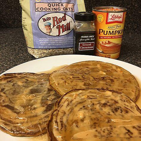 PANQUECA DE ABOBORA:  PANQUECA:   Ingredientes:   - 35g de aveia em flocos sem gluten - 4 claras - ½ xícara de purê de abóbora (apenas abóbora amassada) - 1 colher de sopa de leite de amêndoas sem açúcar - Canela ou pumpkin pie spice a gosto - Adoçante estevia a gosto - 1 colher de café de bicarbonato de sódio - 1 colher de café de fermento em pó - 1 colher de sopa de pasta de amendoim   Modo de fazer:   Coloque todos os ingredientes no liquidificador e bata até formar uma massa homogênea…