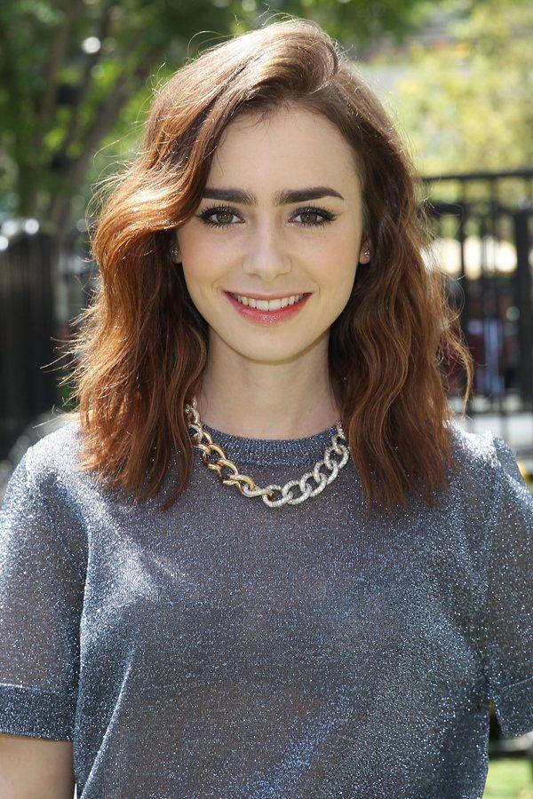 Auch Lily Collins verzichtet nicht auf die Trendfrisur und trägt auf dem Red Carpet einen Side Sweep. We like!Noch mehr Frisuren für schulterlange Haare gibt's hier: Frisuren mittellang