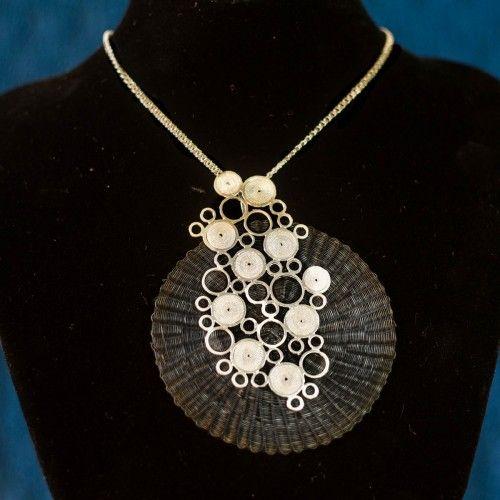 Collar de Crin y Plata Tienda:Valeria Martinez Modelo: Crin Plata Precio: $64.900  Ver aquí: http://bit.ly/1JECdv9
