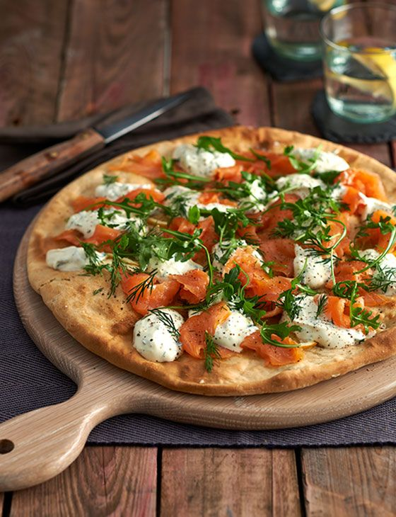 Smoked salmon and crème fraîche pizza - ready to eat in half an hour