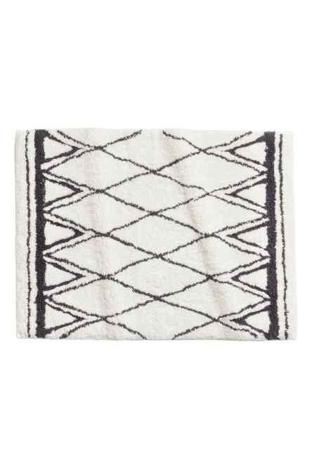 Obdélníková koupelnová předložka z měkkého bavlněného froté s žakárově tkaným vzorem a protiskluzovou ochranou na spodní straně. Nepoužívejte na vyhřívaném