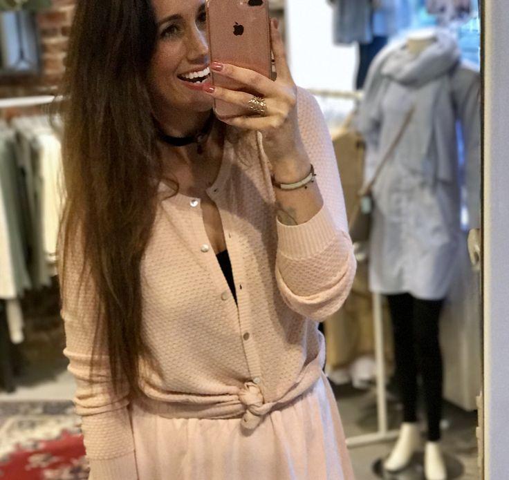 [ WHAT TO WEAR ] Happy sunday! Op zondag mag er best rustig aan gedaan worden, en dáárom hebben we deze fijne en comfortabele look voor jullie samengestelde❢ Ton sur ton Pink ♡ ✘✘✘ syl #outfit #outfitoftheday #sunday #inspiration #picture #tonsurton #pink #happy #fashion #style #styling #stylist #fashionista #blogger #fashionblogger #ootd #instafashion #instadaily #instamood #laslunas #boutique #krommestraat20 #033 #city #amersfoort #leukstestraatjevanamersfoort #work