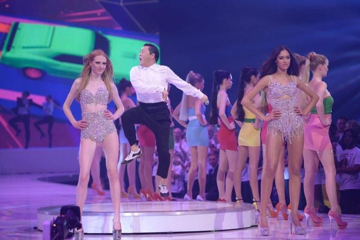 #GNTM Finale 2013: Die beiden Finalistinnen Maike und Lovelyn bei der Performance von Megastar #PSY mit #Gentleman