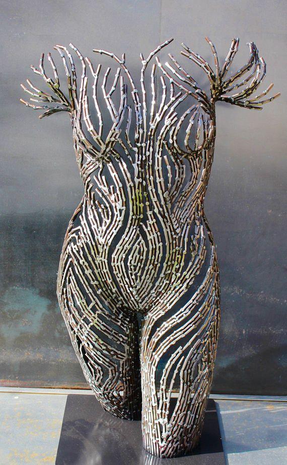 Wartet in den Winter Weiden Wartet in den Winter Weiden ist ein original Stahl-Skulptur von Scott Wilkes. Seine wurde durch Hunderte von kleinen Stahlstangen zusammen Schweißen hergestellt. Sie steht 34 Zoll hoch und 21 Zoll breit an der breitesten Stelle und ist 12 Zoll tief. Sie