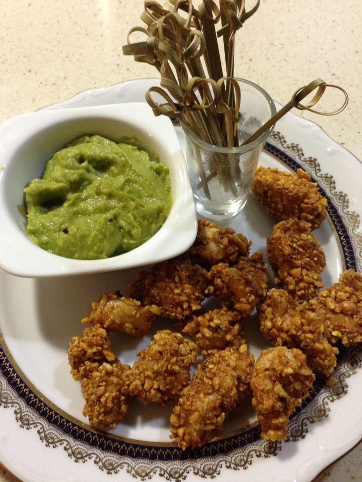 Pollo rebozado con kikos sobre guacamole
