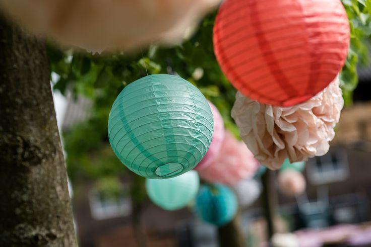 Met papieren versiering kunnen bruidsparen de Hoeve gemakkelijk een persoonlijk tintje geven. Dit bruidspaar koos voor de kleuren rood, roze en turquoise.  Hoeve Kindergoed is een officiële trouwlocatie en groepsaccommodatie op een schapenboerderij in Ermelo. De locatie is te huur voor een dag(deel) of een weekend. Overnachten kan in een van de slaapzalen of op de camping. Het ervaren team helpt jullie aan een relaxte bruiloft. Ga voor meer informatie naar www.hoevekindergoed.nl