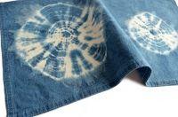 Original individual en algodón teñido con la técnica de amarras o shibori con índigo 100% natural. Este tinte natural permite hermosos y variados tonos de azul y se usa desde tiempos ancestrales.También puede usarse como paño de cocina.Medidas: 60 x 40 cmPieza única.Diseño exclusivo para Manos del Alma.