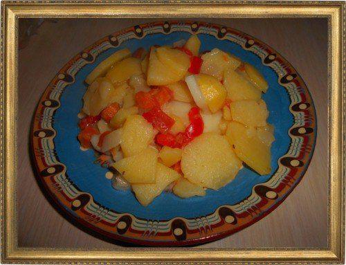 Тушеный картофель с овощами и сыром.