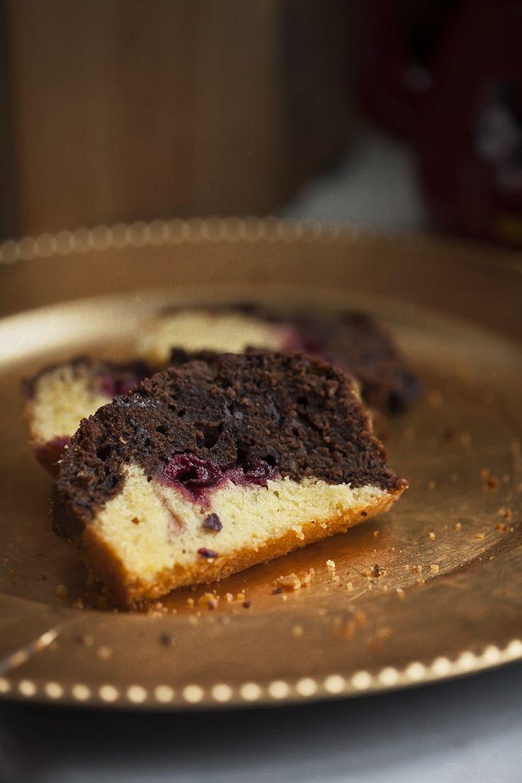 Proste ucierane ciasto z czekoladą i wiśniami – White Plate