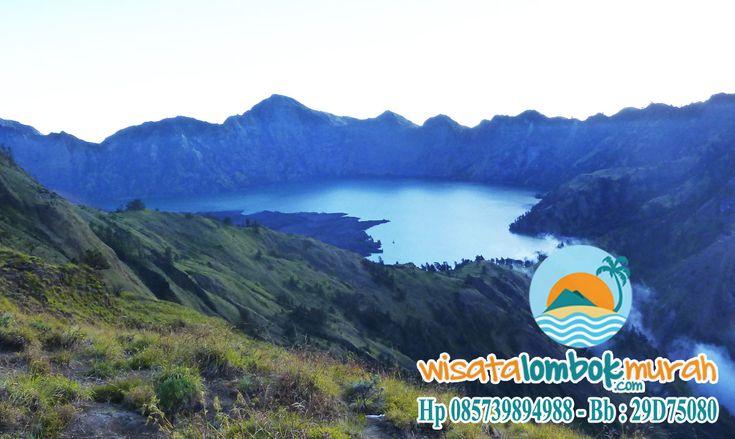 Anda pecinta alam dan penikmat gunung? Belum lengkap rasanya jika Anda belum merasakan sensasi mendaki di gunung yang terkenal sangat cantik akan pesona alamnya ini. Dengan ketinggian 3.726 mdpl dan terletak di utara Pulau Lombok, Gunung Rinjani merupakan gunung berapi kedua tertinggi di Indonesia. Info lebih lengkap kunjungi http://wisatalombokmurah.com #gunungrinjani #gunungrinjanilombok #rinjanilombok