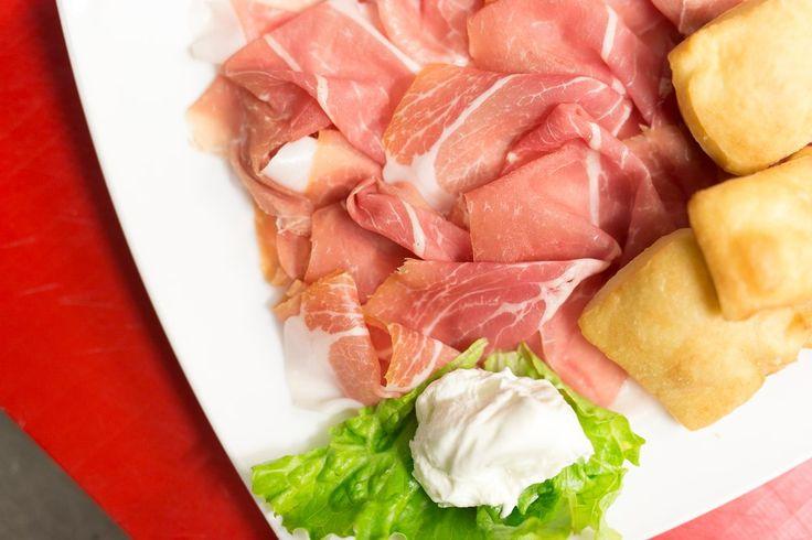 Без мясного деликатеса Prosciutto Crudo не обходится ни одна итальянская трапеза. Тончайшие ломтики сыровяленой свинины подают на стол в качестве аппетайзера, едят вместе с мягкими сырами и даже сладкими дынями. Настоящее прошутто в меру солёное, сочное и очень нежное. Этот мясной деликатес каждый гурман найдёт в интернет-магазине «Николаев и сыновья» http://shop.nsons.ru/catalog/meat/