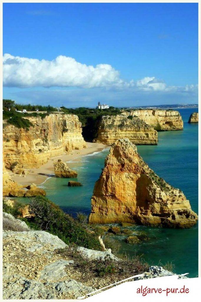 Urlaub in der Algarve, Portugal: Der Praia da Marinha könnte dein neuer Lieblingsstrand werden. Hier haben sich Wellen und Meer so richtig ins Zeug gelegt und eine sensationelle Landschaft geschaffen. Wie Bildhauer haben sie die Felsen bearbeitet und tolle Skulpturen entstehen lassen.